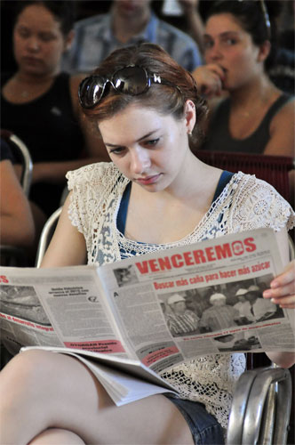En sus manos, el Periódico Venceremos de la provincia de Guantánamo, Cuba.
